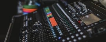 Bartın'ın ilk yerel radyolarından olan Radyo 74; 1992 yılından bugüne kaliteli, seviyeli, seçkin müzik anlayışıyla; yayın ilkesinden ödün vermeden 90.2 frekansından 24 saat kesintisiz müzik yayınını sürdürmektedir.