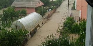 Hasankadı bölgesine ulaşım sağlanamıyor. Bölgede etkili olan şiddetli yağmur sele neden oldu.