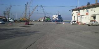 BARTIN LİMANI'NDA İŞ KAZASI.  Edinilen bilgiye göre,Bartın limanı'nda bir gemiden yük boşaltımı sırasında meydana gelen kazada ;Sezgin K. isimli işçi ağır şekilde yaralandı.