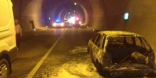 Amasra tünelinde bir otomobil bir anda alev aldı. İtfaiye ekipleri yangına kısa sürede müdahale ederek, kontrol altına aldı.