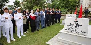 15 Temmuz Demokrasi ve Milli Birlik Günü Anma Etkinlikleri kapsamında Bartın Valisi Sinan Güner Belediye Başkanı Cemal Akın ve protokol üyeleri Şehitliği ziyaret etti.