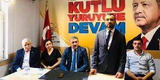 AK Parti Genel Merkezi tarafından Bartın Merkez İlçe Başkanlığı görevine atanan Ümit Aksakal, parti binasında bir basın açıklaması düzenledi. Teşkilat üyelerine ve önceki Merkez İlçe Başkanı Dilek Acar'a teşekkür eden Aksakal, görev değişiminin hayırlı ol