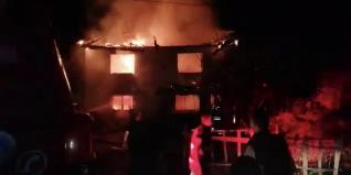 BARTIN Terkehaliller köyünde 2 katlı ahşap binada çıkan yangında ev kullanılamaz hale geldi. Ev sahibi Melek Kaya'nın komşusunun düğüne gittiği sırada yaşanan yangında ev sahibi kaya, evin yandığını görünce feryat etti.